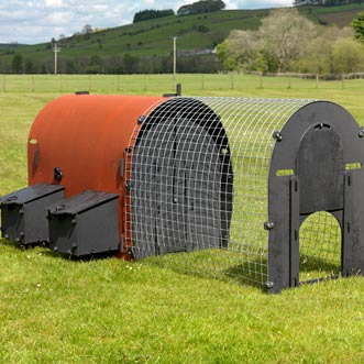 recycled-plastic-hen-house-red-deluxe-detail-2